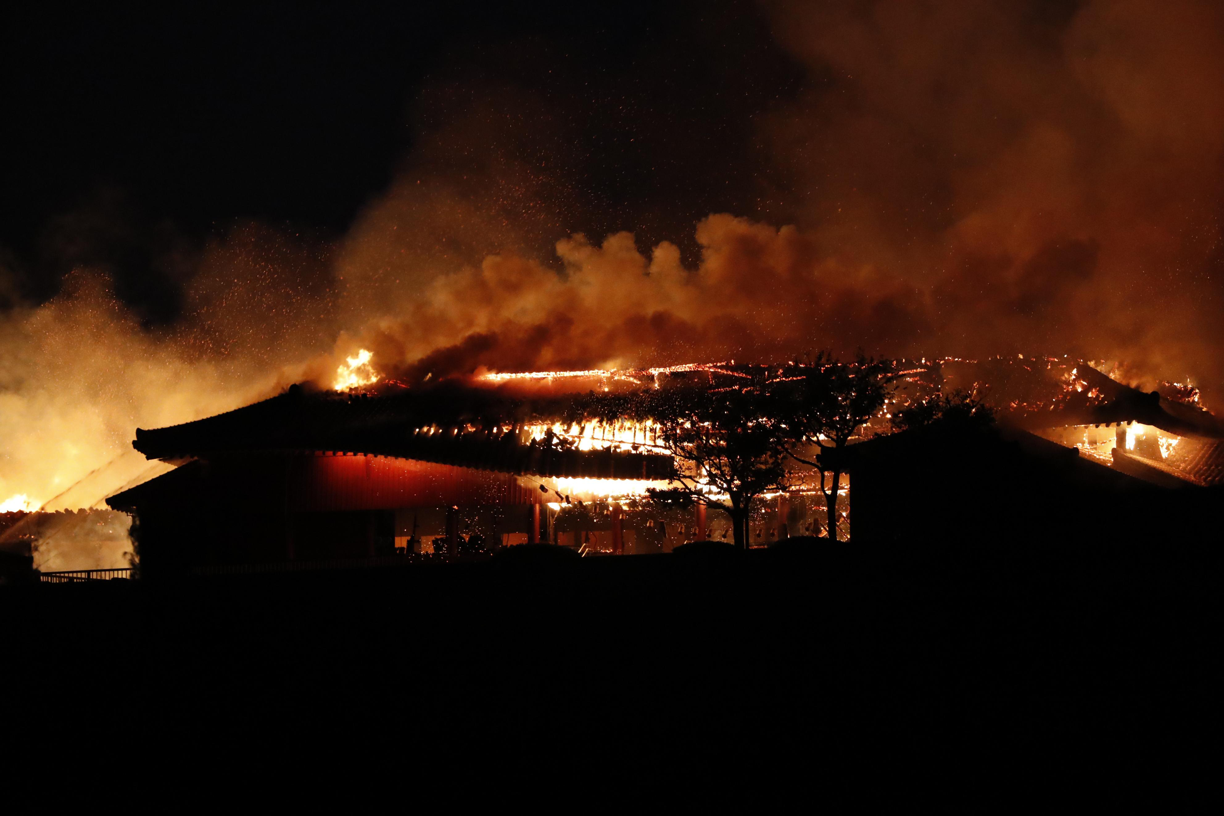Prédio principal em chamas