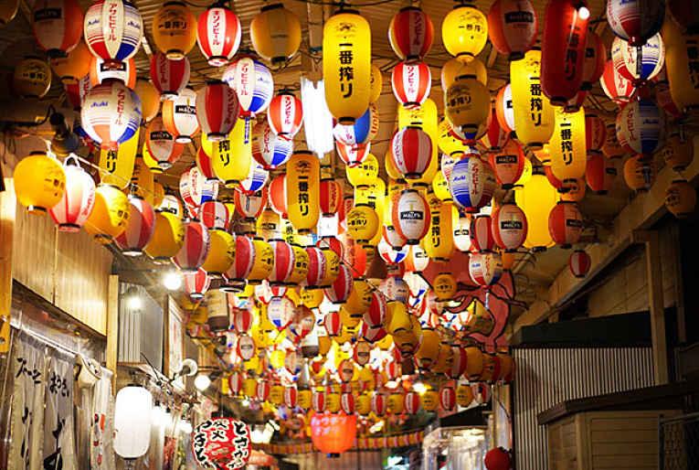 Várias lanternas penduradas