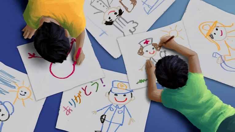 crianças desenhando deitadas no chão
