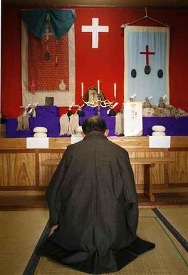 Japonês rezando em frente a altar cristão