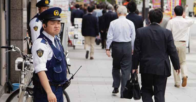 Policial na rua do Japão
