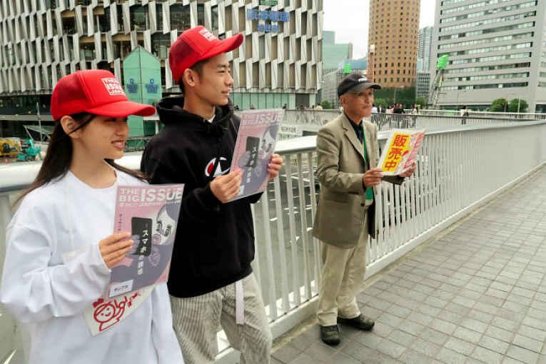 estudantes ofertando a revista nas ruas do Japão
