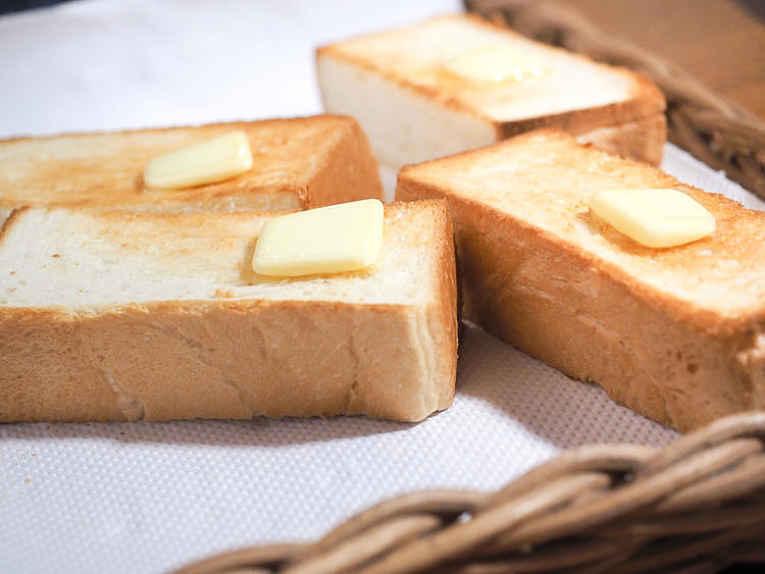 Fatias de shokupan com manteiga