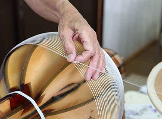 Colocando tiras de bambu na estrutura