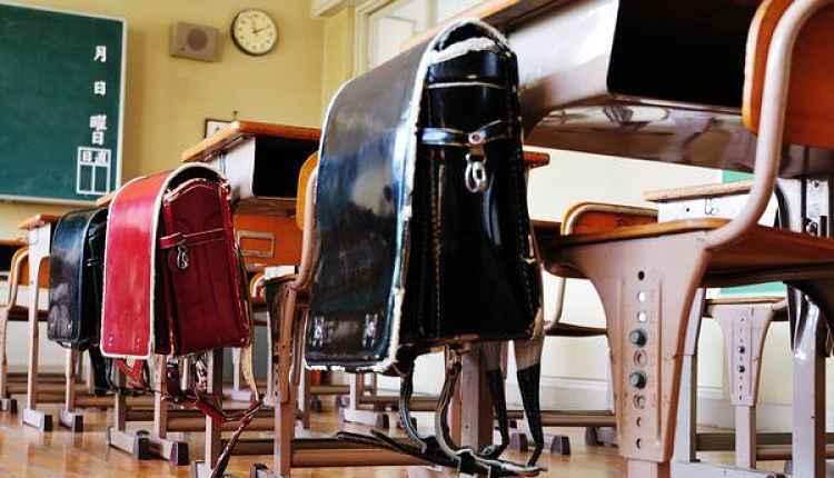 Randoseru pendurada nas cadeiras em sala de aula