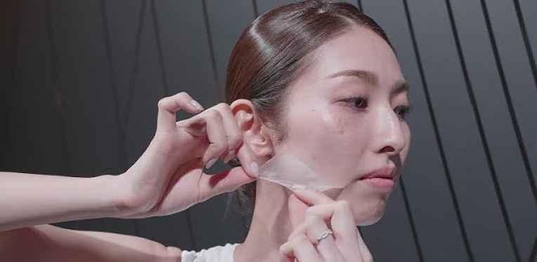 Mulher retirando pele artificial