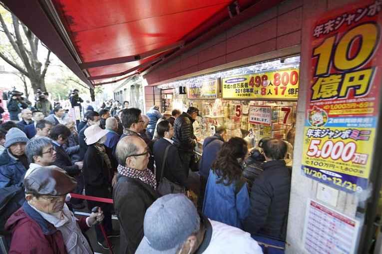 Japoneses na fila para comprar bilhete