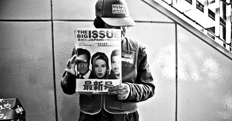Vendedor da The Big Issue Japan