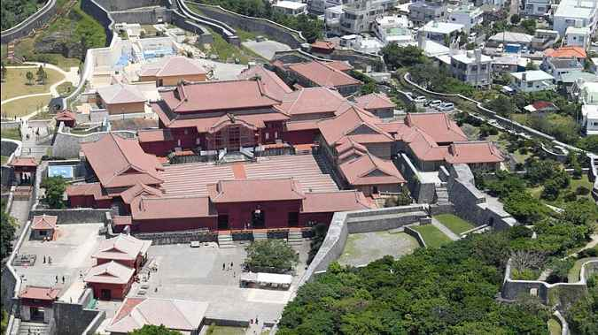 Vista de cima do castelo e seus prédios adjacentes