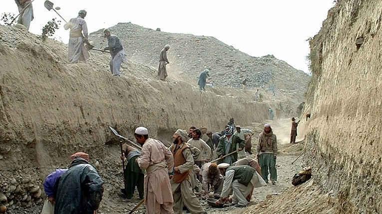 Afegãos cavando canal