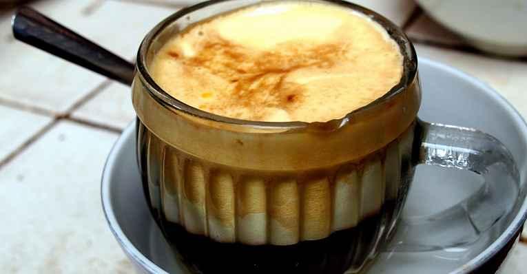 copo de café com ovo cru