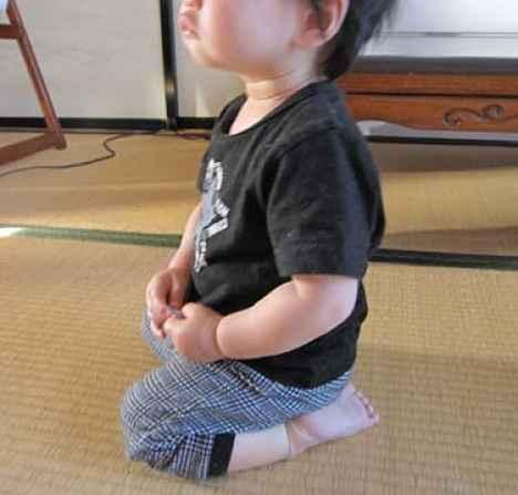 criança sentada seiza