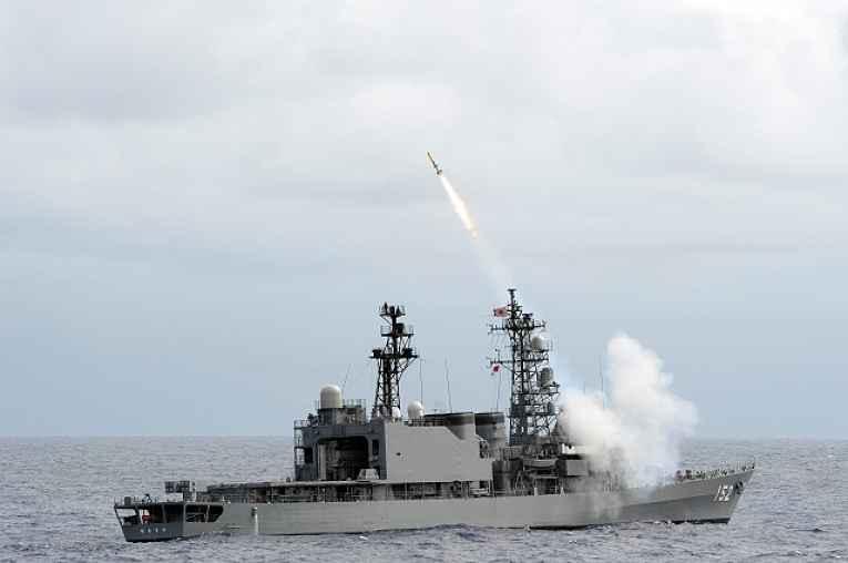 destroyer lançando míssel