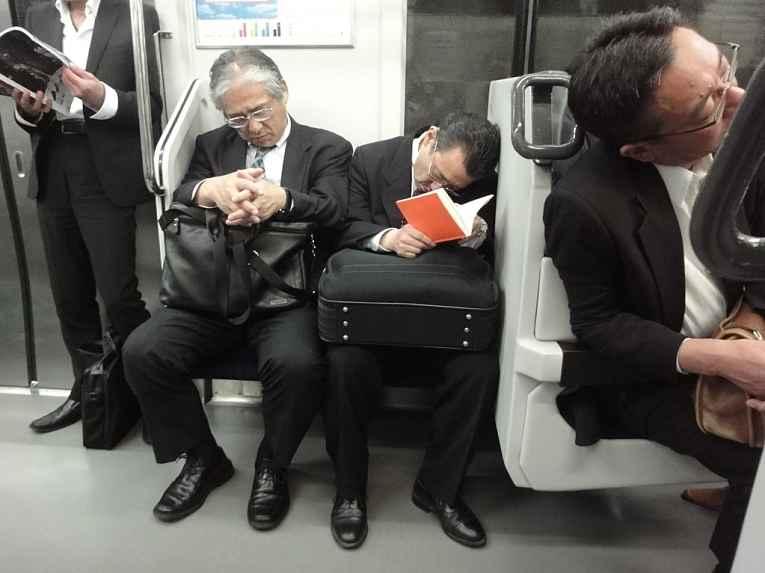 Salarymens dormindo no metrô