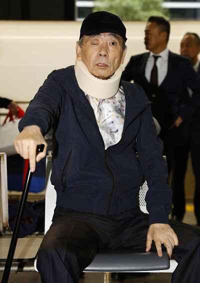 Líder da Yamaguchi-gumi sentado e escoltado