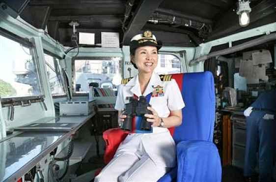 Miho Otani sentada na cadeira de navegação
