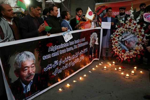Afegãos acendem velas e faixa em homenagem a Tetsu