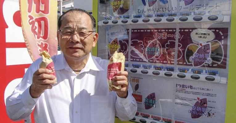 Yuji Kodama em frente a uma máquina